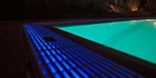 Di giorno o di sera, organizza la tuafesta in piscina!